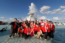 Grand Prix medewerkers in de fontein