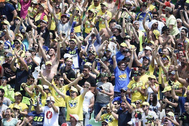 Fans de Rossi celebran la caída de Márquez durante la carrera en Mugello el año pasado