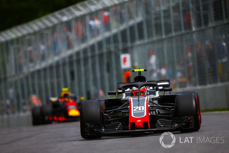 Kevin Magnussen, Haas F1 Team VF-18, por delante de Max Verstappen, Red Bull Racing RB14