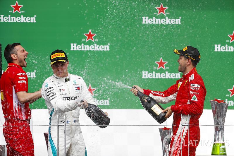 Le deuxième, Valtteri Bottas, Mercedes AMG F1, et le vainqueur Sebastian Vettel, Ferrari, avec le champagne sur le podium