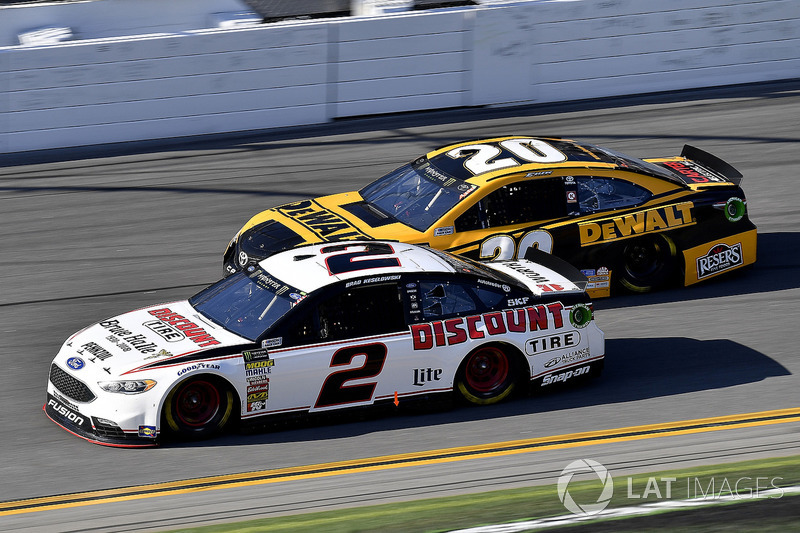 Brad Keselowski, Team Penske Ford Fusion en Erik Jones, Joe Gibbs Racing Toyota