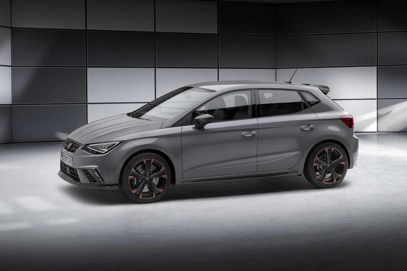 Autó A Cupra Ibiza tanulmány és a Seat Leon Cupra R ST is megmutatta magát