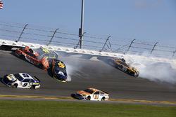 Kecelakaan: William Byron, Hendrick Motorsports,AXALTA Chevrolet Camaro Daniel Suarez, Joe Gibbs Rac