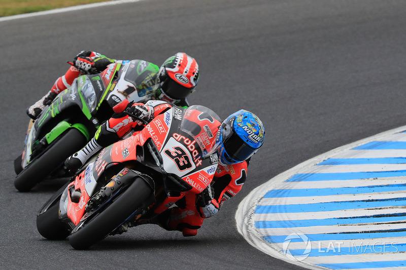Marco Melandri, Aruba.it Racing-Ducati SBK Team berduel dengan Jonathan Rea, Kawasaki Racing Team