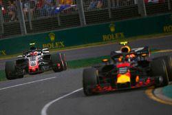 Max Verstappen, Red Bull Racing RB14 Tag Heuer, precede Kevin Magnussen, Haas F1 Team VF-18 Ferrari