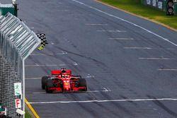 Финиш: Себастьян Феттель, Ferrari SF71H, и Льюис Хэмилтон, Mercedes AMG F1 W09