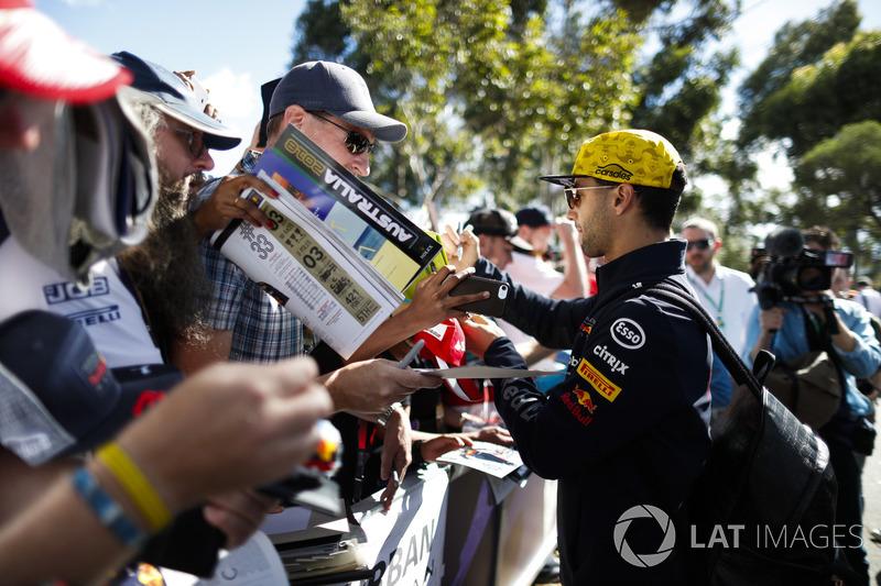 Daniel Ricciardo, Red Bull Racing, firma autógrafos para fanáticos