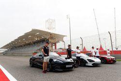 Max Verstappen, Red Bull Racing, Daniel Ricciardo, Red Bull Racing, con el Aston Martin Vanquish S. Fernando Alonso, McLaren, Stoffel Vandoorne, McLaren, con el McLaren 720s. Lewis Hamilton, Mercedes AMG F1, y Valtteri Bottas, Mercedes AMG F1, con el Mercedes AMG GTR, en la parrilla en el Pirelli Hot Laps