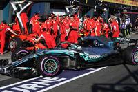 Valtteri Bottas, Mercedes-AMG F1 W09 passa davanti a Kimi Raikkonen, Ferrari SF-71H