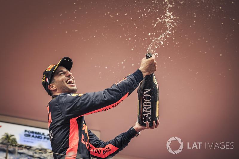 El ganador de la carrera Daniel Ricciardo, Red Bull Racing celebra en el podio con el champán