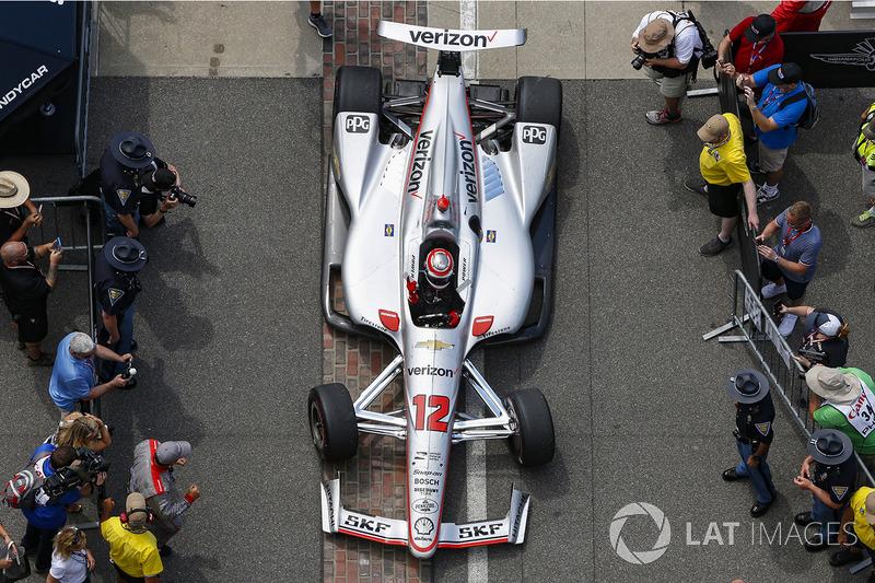 Race winner Will Power, Team Penske Chevrolet menuju victory circle