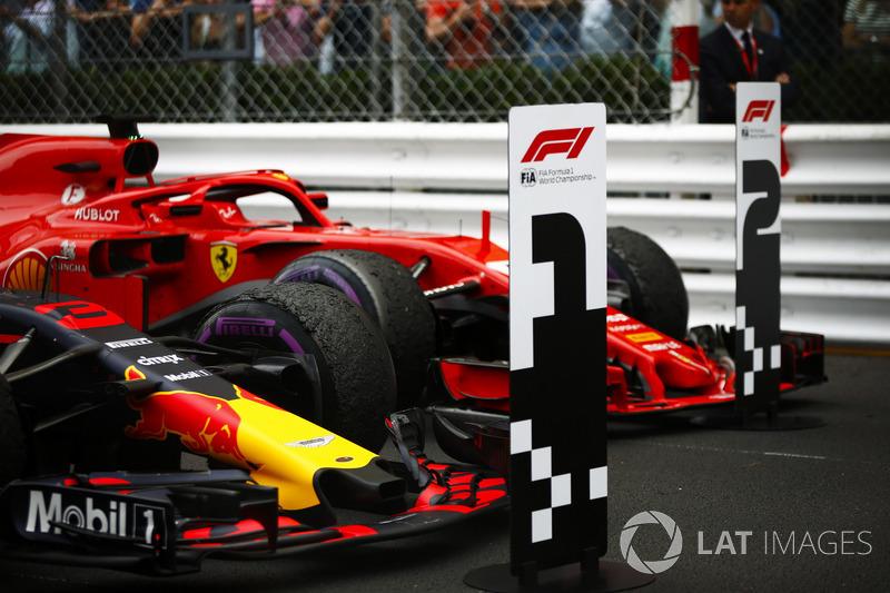 Coche ganador de la carrera Daniel Ricciardo Red Bull Racing RB14 y Sebastian Vettel Ferrari SF71H