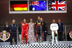 Podio: Daniel Ricciardo, Red Bull Racing, celebra con Adrian Newey, director Red Bull Racing, tercer lugar Lewis Hamilton, Mercedes AMG F1, y segundo lugar Sebastian Vettel, Ferrari, Príncipe Albert y Princesa Charlene