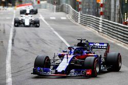 Brendon Hartley, Toro Rosso STR13, leads Marcus Ericsson, Sauber C37
