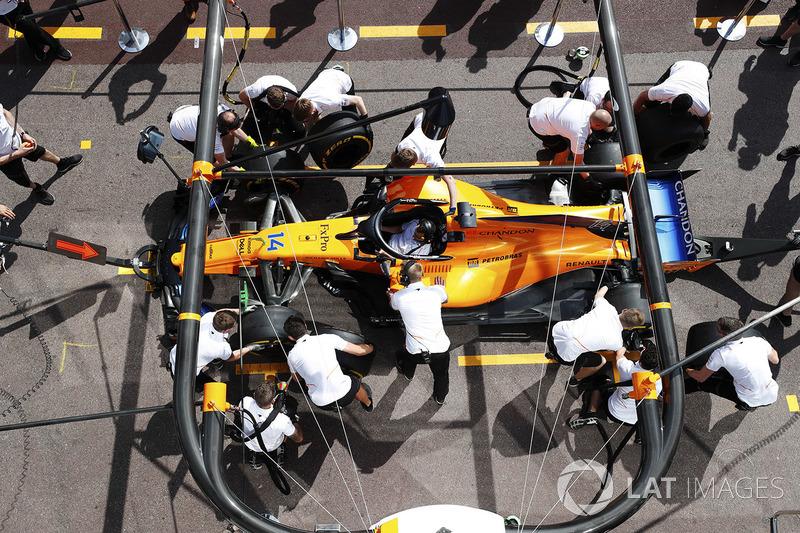 I meccanici McLaren provano un pit stop con la monoposto di Fernando Alonso, McLaren MCL33