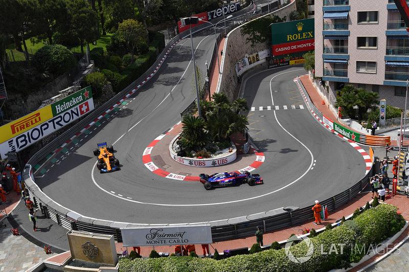Pierre Gasly, Scuderia Toro Rosso STR13 e Stoffel Vandoorne, McLaren MCL33
