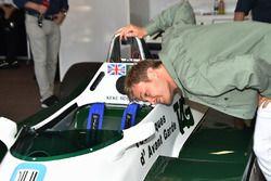 Nico Rosberg, regarde le cockpit de la Williams FW08 de son père Keke Rosberg