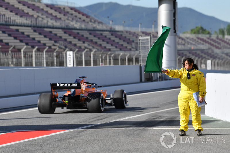 Un marshal sventola la bandiera verde