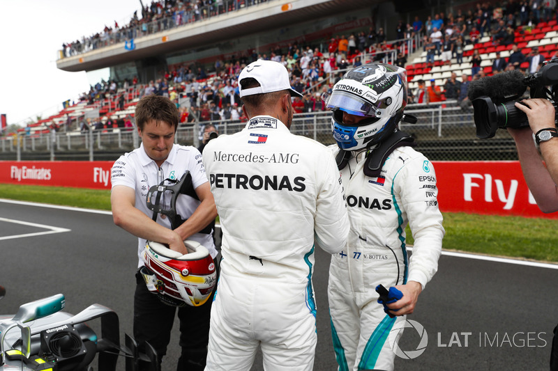 Pole winner Lewis Hamilton, Mercedes AMG F1, congratulates Valtteri Bottas, Mercedes AMG F1, after qualifying