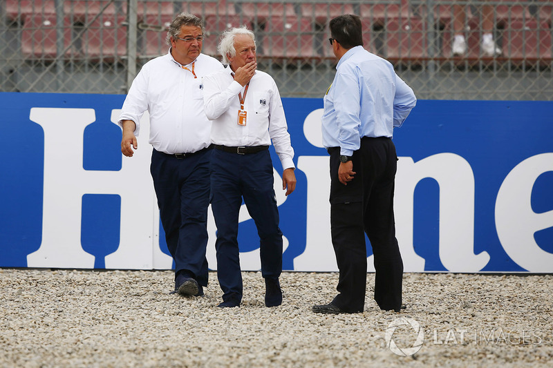 Charlie Whiting, Race Director, FIA, inspects damage to the circuit after Brendon Hartley, Toro Rosso STR13, suffered a heavy crash