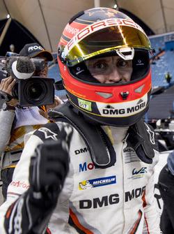 Timo Bernhard festeggia la vittoria della gara