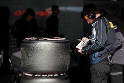 Llantas Pirelli y un técnico trabajando