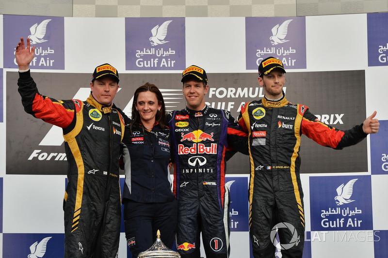 Gill Jones, chefe de eletrônica de pista da Red Bull, celebra o pódio do GP do Bahrein de 2013 junto a Kimi Raikkonen, Sebastian Vettel e Romain Grosjean
