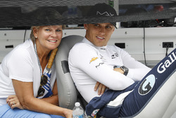 Max Chilton, Carlin Chevrolet avec sa mère Nadine