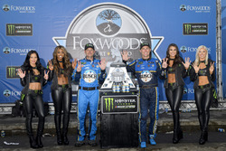 Race winner Kevin Harvick, Stewart-Haas Racing, Ford Fusion, crew chief Rodney Childers