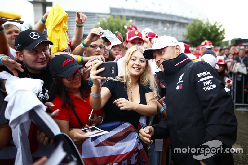 Valtteri Bottas, Mercedes AMG F1, taraftarlar ile bir araya geliyor