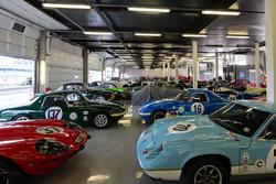 Coches clásicos en el garaje