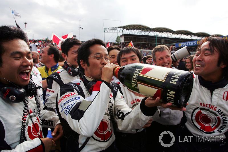 L'équipe Honda fête la victoire au champagne