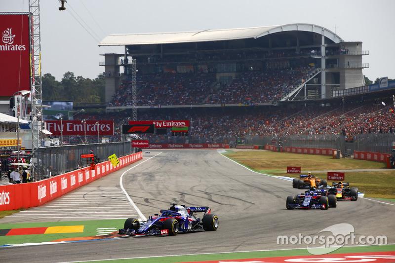 Brendon Hartley, Toro Rosso STR13, leads Pierre Gasly, Toro Rosso STR13, Daniel Ricciardo, Red Bull Racing RB14, y Stoffel Vandoorne, McLaren MCL33