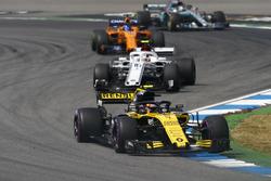 Carlos Sainz Jr., Renault Sport F1 Team R.S. 18, devant Charles Leclerc, Sauber C37, et Fernando Alonso, McLaren MCL33