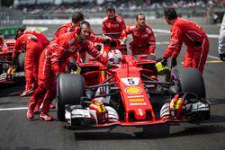 Sebastian Vettel, Ferrari SF70H, mécaniciens Ferrari