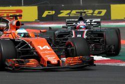Fernando Alonso, McLaren MCL32et Romain Grosjean, Haas F1 Team VF-17 en lutte