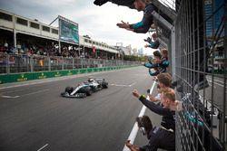 Lewis Hamilton, Mercedes AMG F1 W09, passe la ligne, devant son équipe