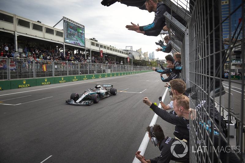 Lewis Hamilton, Mercedes AMG F1 W09 przekracza linię mety przy aplauzie członków zespołu
