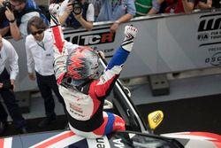 Racewinnaar Rob Huff, Sébastien Loeb Racing Volkswagen Golf GTI TCR