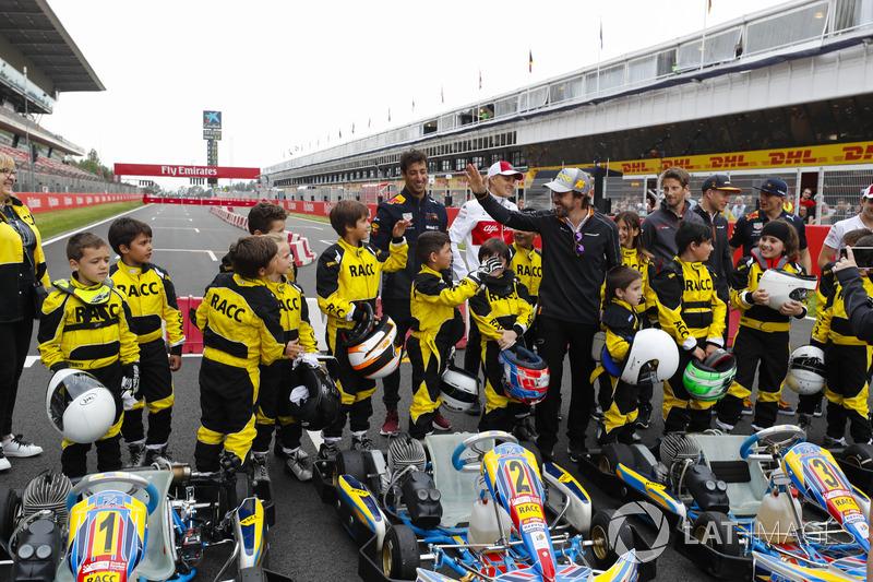 Los jóvenes pilotos de kart se enfrentan a Daniel Ricciardo, Red Bull Racing, Marcus Ericsson, Sauber, Fernando Alonso, McLaren, Romain Grosjean, Haas F1 Team, Stoffel Vandoorne, McLaren, Max Verstappen, Red Bull Racing y Charles Leclerc, Sauber
