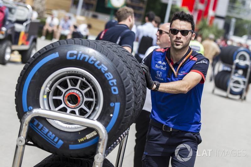 Un meccanico della Scuderia Toro Rosso con degli pneumatici Pirelli