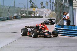 Mario Andretti, Lotus 78 Ford gives teammate Gunnar Nilsson a lift back