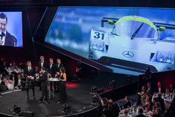 Los campeones de WEC Brendon Hartley, Timo Bernhard y Earl Bamber presentan el premio John Bolster a