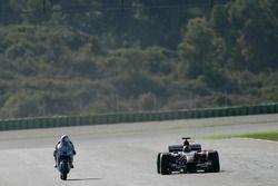 Vitantonio Liuzzi auf der MotoGP-Suzuki und John Hopkins im Toro Rosso F1-Auto