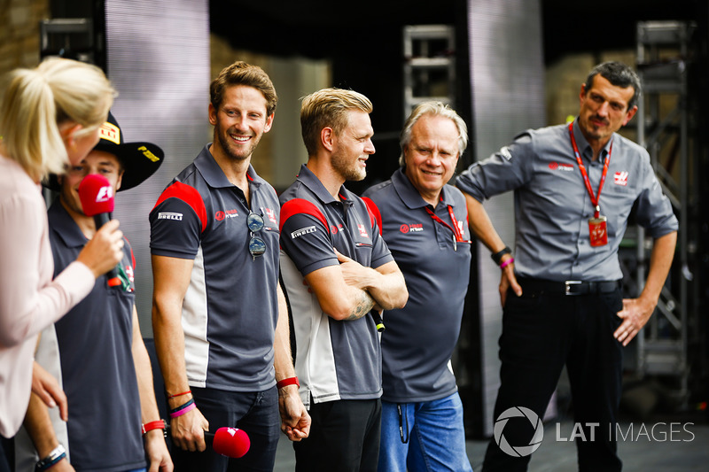 Romain Grosjean, Haas F1 Team Kevin Magnussen, Haas F1 Team, Gene Haas, propietario del equipo, Haas F1 Team, Guenther Steiner, director del equipo, Haas F1 Team, en el escenario de la F1