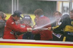 Podium: Le vainqueur, Nigel Mansell Williams Honda, Ayrton Senna, Lotus Renault Sport F1 Team, second, et Alain Prost, McLaren TAG Porsche, Champion du monde.