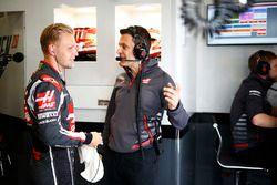 Kevin Magnussen, Haas F1 Team, habla con su ingeniero