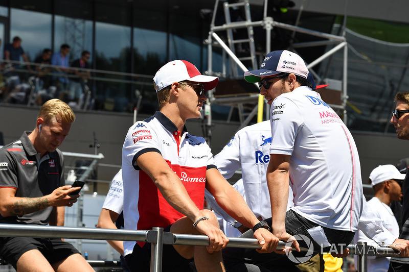 Marcus Ericsson, Sauber et Sergio Perez, Force India lors de la parade des pilotes