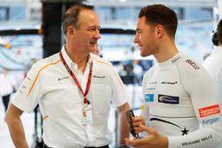 Jonathan Neale, Managing Director, McLaren, con Stoffel Vandoorne, McLaren