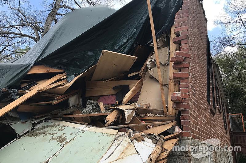 La casa de Brady en Atlanta, Georgia, después de que un árbol cayó sobre ella mientras miraban el GP de Australia